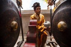 供以人员新的印度寺庙的开幕式的戏剧大锣 库存图片