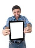 供以人员显示数字式片剂在社会网络,博克,互联网com 免版税库存照片