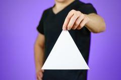 供以人员显示空白的白色三角飞行物小册子小册子 Leafl 免版税库存图片