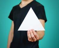 供以人员显示空白的白色三角飞行物小册子小册子 Leafl 免版税库存照片