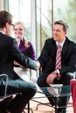 供以人员有与经理和伙伴就业工作的一次采访 免版税库存照片