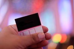 供以人员有在被弄脏的戏院复合体后面的` s手纸票 库存照片