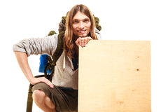 供以人员有空白的木拷贝空间广告的远足者背包徒步旅行者 免版税库存照片