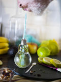 供以人员柠檬和erbs饮用的和啜饮的被灌输的水戒毒所的,当稳定的治疗时 免版税库存图片