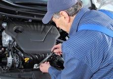 供以人员检查蓄冷剂的霜冻保护在汽车的 免版税库存图片