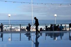 供以人员清洗在Bondi滑冰场的冰 图库摄影