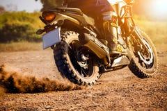 供以人员游览在土领域的极端骑马enduro摩托车 免版税图库摄影