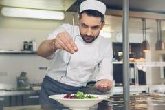供以人员烹调在厨房里的日本餐馆厨师 库存照片