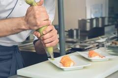供以人员烹调在厨房里的日本餐馆厨师 库存图片