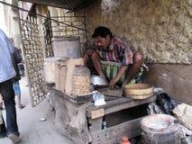 供以人员烹调在街道上在加尔各答Chowringhee地区  免版税库存照片