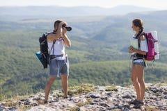 供以人员照片妇女,她拿着地图。 图库摄影