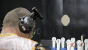 供以人员生火usp手枪在室内靶场的目标 股票视频