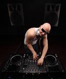 供以人员白色衬衣戏剧音乐的DJ在Dj ` s搅拌器 美丽的夫妇跳舞射击工作室妇女年轻人 与大报告人的黑暗的背景 广角lense 免版税图库摄影