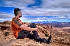 供以人员看峡谷视图的峭壁的远足者 图库摄影
