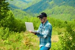 供以人员研究在新鲜空气的膝上型计算机 免版税图库摄影