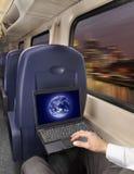 供以人员研究在火车的一台膝上型计算机 免版税库存图片