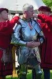 供以人员穿戴在伊丽莎白女王的装甲由服装的人 免版税库存照片