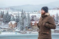 供以人员站立和享受在山区度假村的看法 库存图片