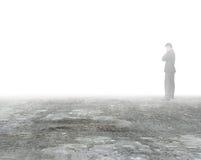 供以人员认为和站立在肮脏的水泥地板上的薄雾 图库摄影