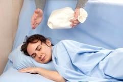 供以人员设法叫醒使用一个纸袋的妇女 免版税库存图片