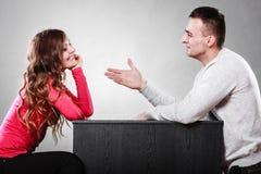 供以人员设法和解与妇女在争吵以后 免版税库存照片