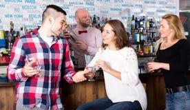 供以人员谈话与酒吧的一名妇女 库存照片