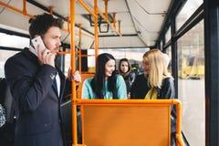供以人员谈话在手机,公共交通 图库摄影