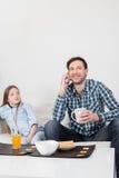 供以人员谈话在早餐的手机 免版税库存照片