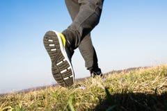 供以人员赛跑本质上,鞋子紧密  库存照片