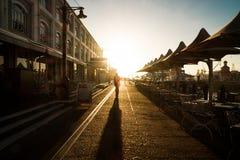 供以人员走在有日落的江边港口开普敦 免版税图库摄影