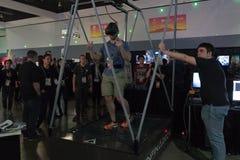 供以人员走在虚拟现实佩带的未来派的踏车 免版税库存照片