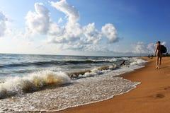供以人员走在Negombo海滩,斯里兰卡 免版税库存图片
