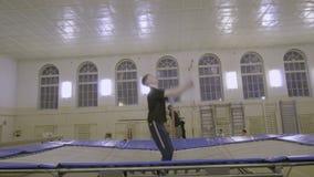 供以人员跳跃在体育类的绷床 股票录像