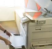 供以人员输入纸到有存取控制的复印机从窗口的扫描的钥匙卡片阳光的 免版税图库摄影
