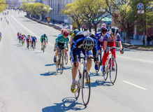 供以人员运动员在路自行车的骑自行车者乘驾 图库摄影