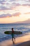 供以人员运载的冲浪板入水 免版税库存图片