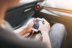 供以人员连接的电话对汽车中型系统 图库摄影