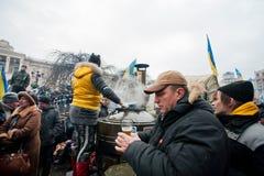 供以人员采取一个杯子从街道厨房的热的茶t的 库存图片