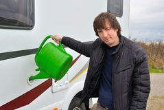供以人员重新装满露营车(RV)储水箱 免版税库存图片