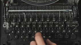 供以人员键入在老减速火箭的打字机的` s手指 股票录像