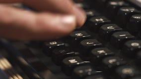 供以人员键入老金属打字机,减速火箭的样式的` s手指 特写镜头 股票录像