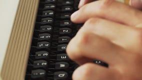 供以人员键入老金属打字机,减速火箭的样式的` s手指 特写镜头 股票视频