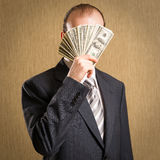 供以人员隐瞒他的与一一把的面孔金钱 免版税图库摄影