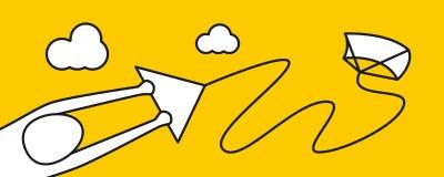 供以人员飞行风筝在海滩在度假 免版税库存照片