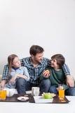 供以人员食用与您的两个孩子的一顿早餐 免版税图库摄影