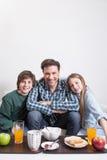 供以人员食用与您的两个孩子的一顿早餐 库存图片