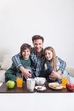 供以人员食用与您的两个孩子的一顿早餐 图库摄影