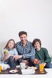 供以人员食用与您的两个孩子的一顿早餐 免版税库存照片