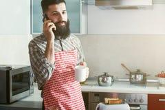 供以人员饮用的咖啡或茶和谈电话 免版税库存照片