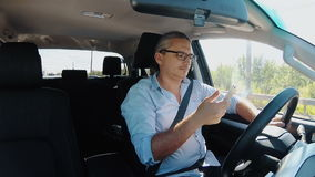 供以人员驾驶汽车和冲浪在手机 股票视频